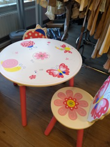 Children's toy houses, storage box, tables and chairs / Kinder speelgoed huisjes, opbergdoosjes, tafeltjes en stoeltjes
